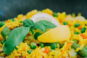 Eine gute biologische Wertigkeit hat beispielsweise die Kombination von Reis und Hülsenfrüchten. Hier: Reis und Erbsen.