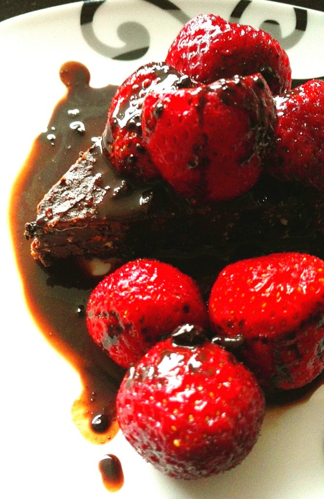 Kokos-Schoko Brownies mit Erdbeeren und Schokosauce